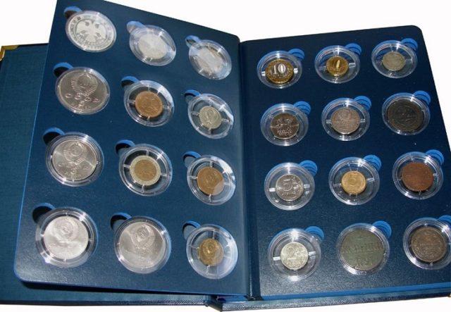 Монеты в капсульных альбомах
