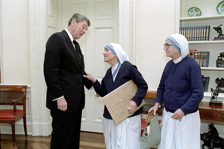 Вручение награды матери Терезе