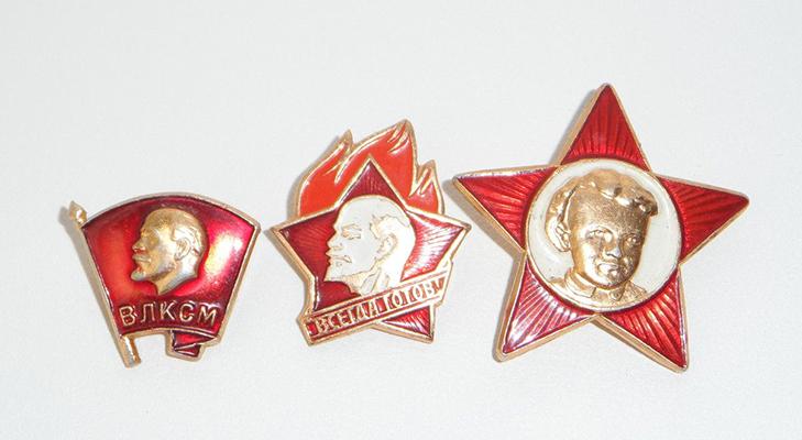 Октябрятский, пионерский и комсомольский значки