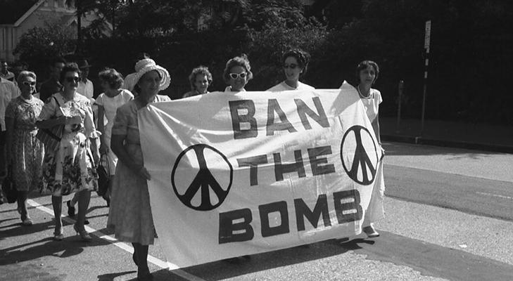 Пацифистский значок  - на марше против ядерного оружия