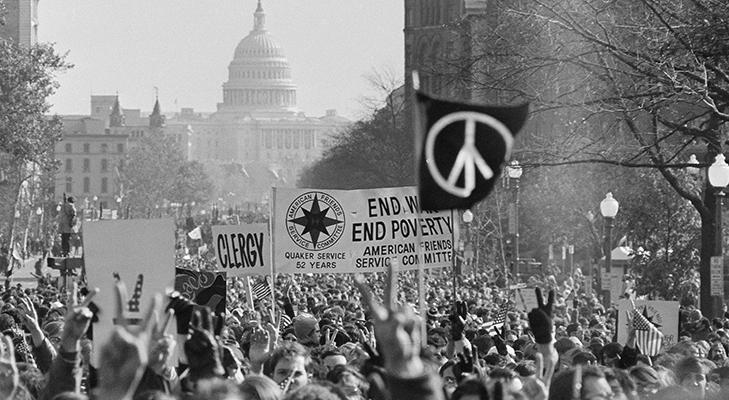 Пацифистский значок на маршах против войны