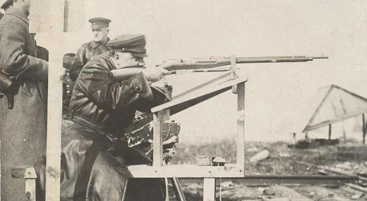 Климент Ворошилов показывает мастер-класс по стрельбе
