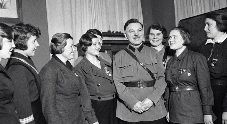 Климент Ворошилов встречается с награждёнными почётным знаком «Ворошиловский стрелок»
