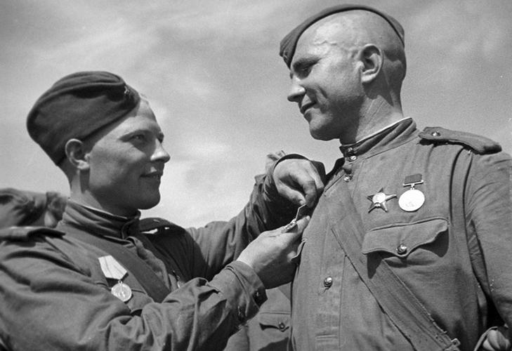 Награждение медалью «За оборону Ленинграда»