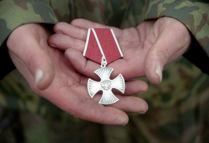 Орден Мужества в руках военного