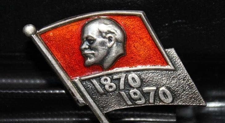 Значок с флагом и барельефом Ленина