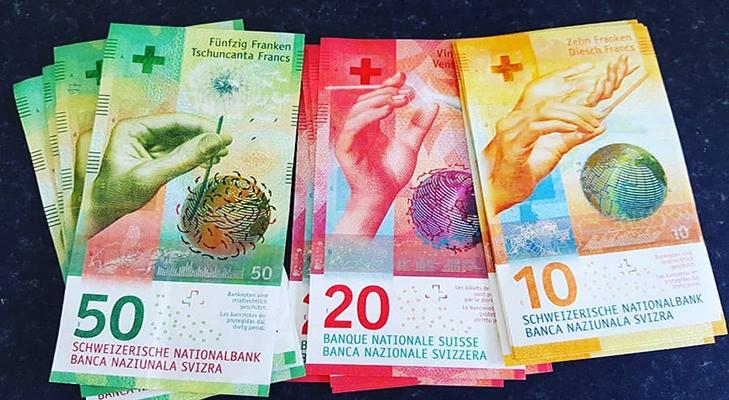Пачки швейцарских франков