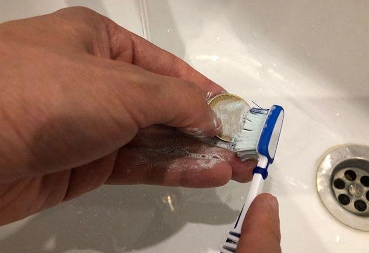 Очистка ржавчины с монет зубной пастой и щёткой